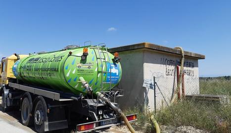 Una de les cisternes omplint un dels dipòsits.
