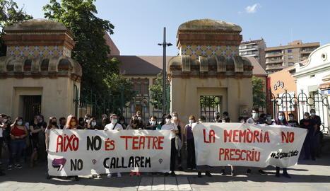 Lleida en peu de guerra pels casos de l'Aula - Més de seixanta persones es van concentrar la setmana passada a la plaça Esteve Cuito de Lleida perquè els suposats casos d'abusos sexuals a l'Aula Municipal de Teatre no caiguin en l'oblit. ...