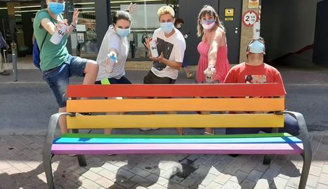 Joves van pintar ahir bancs de Lleida amb la bandera LGTBI.