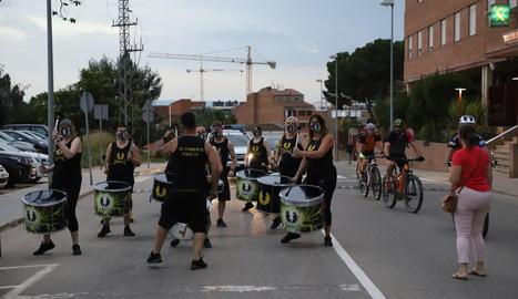 Una batucada i un ball de capgrossos van iniciar ahir l'agenda festiva del barri del Secà de Lleida.