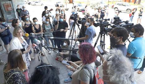 A la imatge, Vergés atén els mitjans davant l'hospital Arnau de Vilanova, al costat de la delegada de Salut, Divina Farreny.