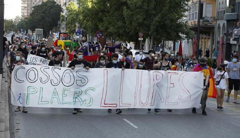 Prop de dos-centes persones van desfilar per Lleida i van portar, amb orgull, els colors de la bandera del col·lectiu LGTBI+.