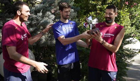 Tomic entrega el premi a Mirotic davant la presència del jugador de Tàrrega Pierre Oriola.