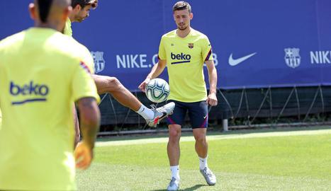Gerard Piqué controla la pilota durant l'entrenament d'ahir, entre Arturo Vidal i Lenglet.