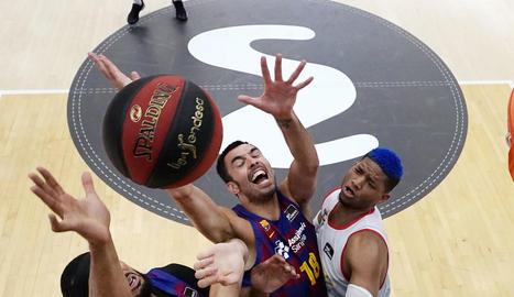 Brandon Davies i Pierre Oriola pugnen per un rebot amb dos jugadors del Burgos.
