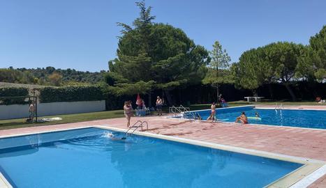 Imatge del grup electrogen per a la piscina d'Esterri (esquerra) i Castelldans va inaugurar la temporada dissabte (dreta).