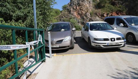 Els marges de la carretera d'accés a Mont-rebei, plens de cotxes.