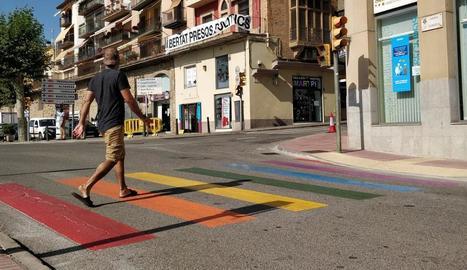 """El pas de vianants de Blondel on l'artista urbana Lily Brik ha pintat el lema """"amor és amor"""" i els colors de la bandera arc de Sant Martí."""