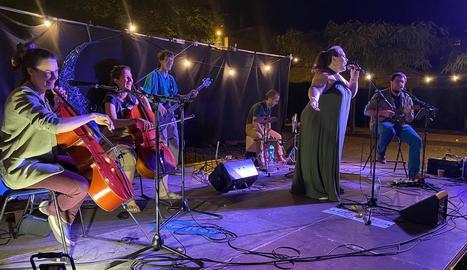 La formació Inversen Band, en plena actuació al parc arqueològic de Guissona.