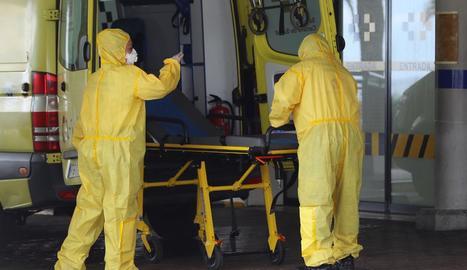 Personal del Servei Canari de Salut prepara una ambulància.