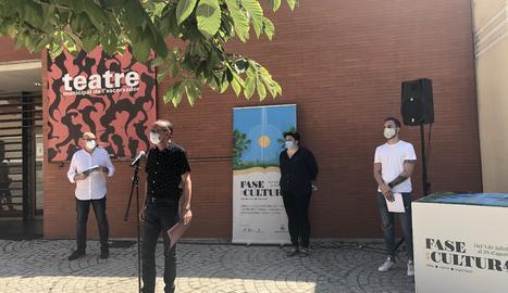 L'alcalde de Lleida, Miquel Pueyo, amb altres responsables municipals i la vicepresidenta de la Diputació de Lleida, Estefania Rufach, durant la presentació de 'Fase Cultura'.