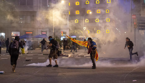 Imatge d'arxiu d'una nit de disturbis a la plaça Urquinaona de Barcelona.
