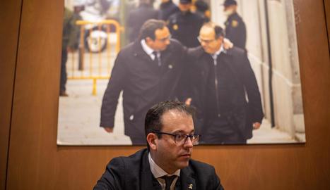 El portaveu del PDeCAT, Marc Solsona, amb una foto dels últims instants en llibertat de Rull i Turull.