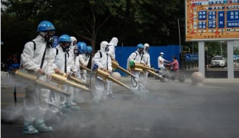 Operaris desinfecten un carrer a Pequín per prevenir contagis.