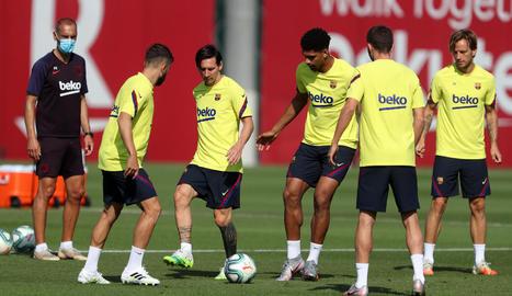 Messi, envoltat de diversos companys, durant l'entrenament d'ahir.