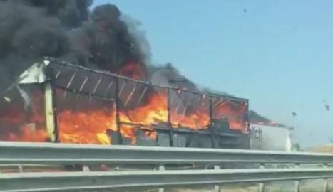 Un espectacular accident entre dos camions talla l'A-2 a Fondarella