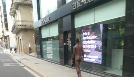 Un home camina despullat pel centre de Lleida