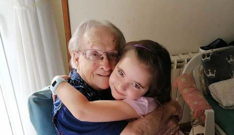 Retrobament de la Paula, de 6 anys, amb la seva besàvia de 100 anys. Sonia Martos