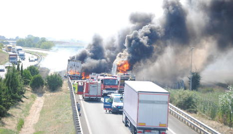 Vista de l'incendi que va calcinar completament un dels camions implicats ahir en una col·lisió a l'autovia a Fondarella.