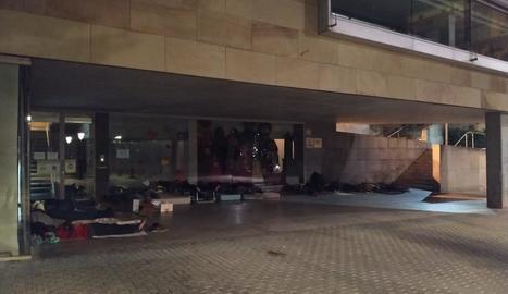 Diverses persones dormint al ras a la plaça de l'Ereta dilluns passat.