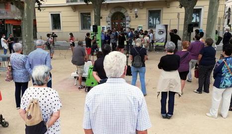 Concentració per condemnar l'atac amb àcid a una dona i la seua filla a Sant Feliu de Guíxols.