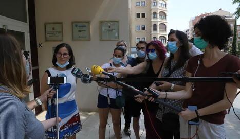 Divina Farreny va atendre ahir els mitjans davant de la delegació de Salut.