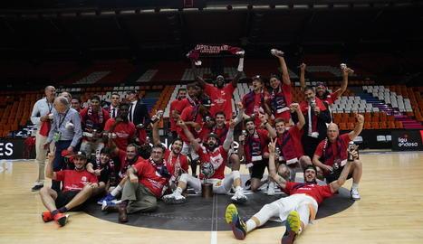 Els jugadors del Baskonia posen eufòrics després de conquerir un títol que van lluitar fins a l'últim segon.