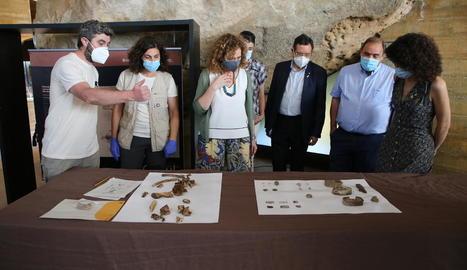 Els arqueòlegs han trobat part de l'esquelet d'un cos, així com botons, llaunes de conserva, bales i sivelles.