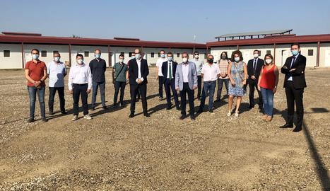 Els 15 alcaldes i representants de CaixaBank.
