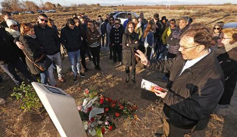 Imatge d'arxiu d'un homenatge a la jove Marta Soria al monòlit on va tenir lloc l'accident.
