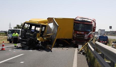 Així van quedar dos dels camions implicats en el sinistre.