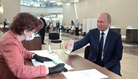 Vladímir Putin en el moment d'emetre el seu vot en el referèndum constitucional.