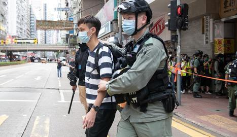 Agents hongkonguesos porten detingut un dels manifestants.