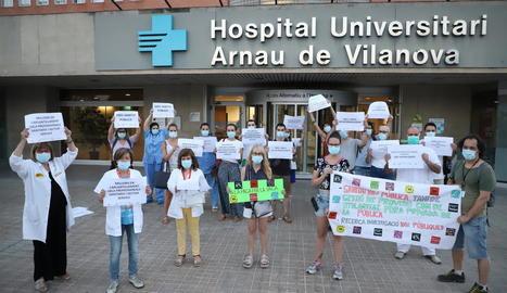 Un moment de la protesta de professionals sanitaris al davant l'entrada principal de l'Arnau.