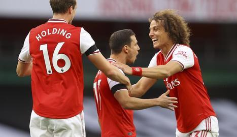 Jugadors de l'Arsenal celebren un dels gols.