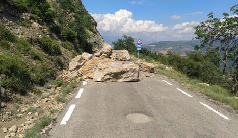 Les roques que ahir van tallar la carretera que uneix Castell de Mur amb Sant Esteve de la Sarga.