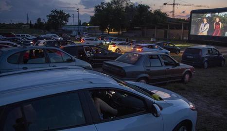 La festa de final de graduació va reunir uns 70 vehicles amb alumnes, famílies i professors.