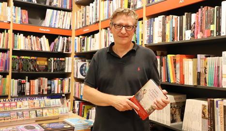 El periodista i escriptor barceloní Enric Calpena va presentar ahir a la llibreria Caselles 'El primer capità'.