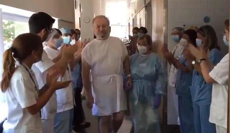 Aplaudiments dels sanitaris per acomiadar l'Isidro.