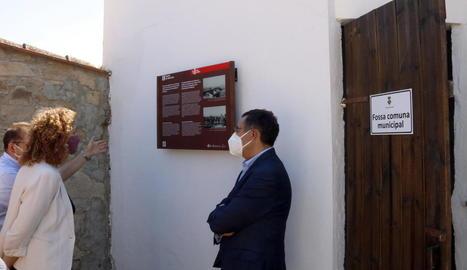 La consellera de Justícia, Ester Capella, ahir al cementiri de Seròs, on es va instal·lar una placa.