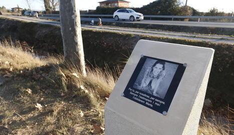 Monòlit en homenatge a la jove Marta Sòria a l'N-240.