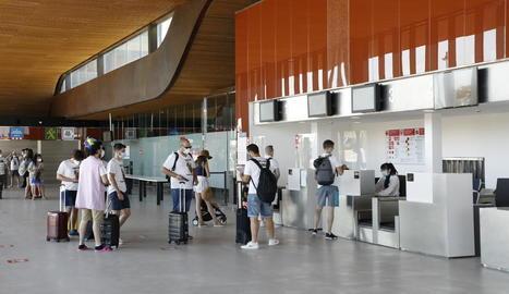 Alguns dels viatgers que van passar per Alguaire i les mampares de seguretat que s'han instal·lat.