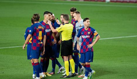 Messi mira cap a un altre costat mentre els companys parlen amb l'àrbitre dimarts contra l'Atlètic.