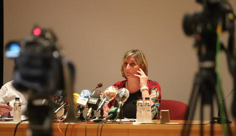 La consellera Alba Vergés, durant la roda de premsa d'ahir a la sala d'actes de l'hospital Arnau.