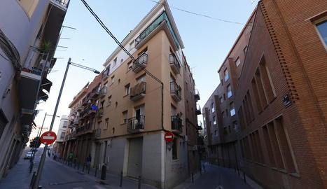 Vista general del carrer Sant Carles, on es va produir l'assalt.