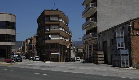 Vista del carrer Almenar d'Alfarràs, on ahir al migdia es va produir l'atropellament.