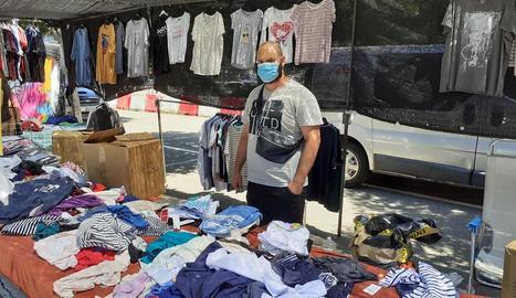 La tornada del mercadillo de roba va fer que molts lleidatans anessin a buscar ofertes.