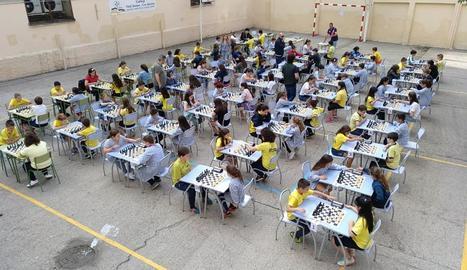 El torneig entre l'alumnat de Primària va omplir el pati del centre.