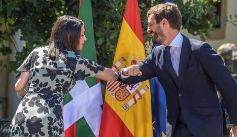 Pedro Sánchez, amb la candidata del PSOE a Euskadi, Idoia Mendia.