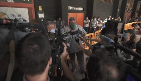 El cuiner José Andrés atén la premsa durant el documental.